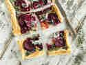 Blätterteigpizza mit Roter Bete, Ziegenkäse und Haselnüssen
