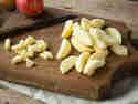 Klein geschnittene Apfelstücke für Bratapfel-Füllung.