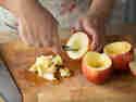 Die Äpfel lassen sich mit einem Löffel einfach aushöhlen.