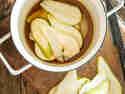 Birnen in Ahornsirup - so karamellisieren sie im Backofen leicht.