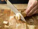 Kopfstück und Ende der Pastinake entfernen.