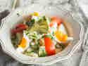 Omas Kartoffelsalat mit Mayonnaise, Eiern und Gurken