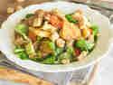 Bratkartoffelsalat mit Würstchen und Speck