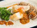 Tempura-Karpfen mit Soba-Nudeln und Brokkoli