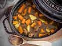 Möhren, Kürbis und Rindfleisch im Schmortopf