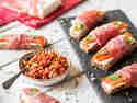 Brotpralinen mit Tomaten-Paprika-Salsa