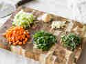 Klein geschnittene Möhren, Zwiebeln, Sellerie, Kräuter und Knoblauch für selbstgemachte Bolognese Sauce