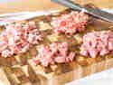Die klassische Füllung besteht aus vier Fleisch- und Wurstsorten