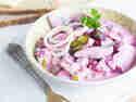 Klassischer Heringssalat mit Roter Bete, serviert auf einem Teller