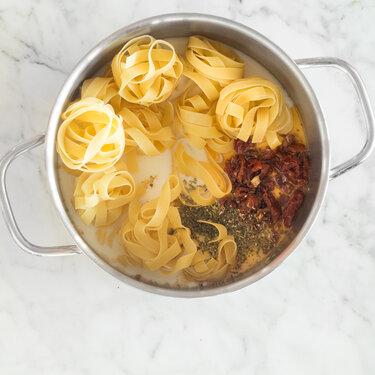 one pot pasta cremige tagliatelle mit getrockneten tomaten. Black Bedroom Furniture Sets. Home Design Ideas