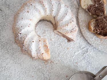 veganer marmorkuchen mit puderzucker bestäubt