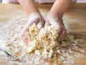 Teig mit leicht angefeuchteten Händen 5-10 Minuten kneten