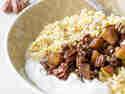 Amaranth-Porridge mit warmer Birne und Pekannüssen getoppt mit griechischem Joghurt