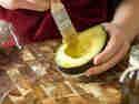 Fruchtfleisch mit Öl einstreichen und mit Folie abdecken