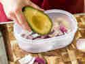 Avocado gemeinsam mit geschnittenen Zwiebeln in eine Box legen.