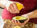 Avocado mit Zitrone beträufeln.
