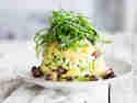 Kartoffel-Avocado-Salat mit Ruccolahaube und Haselnüssen