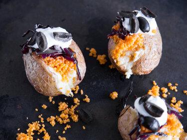 Gefüllte Mini-Ofenkartoffeln mit Couscous und Rotkraut