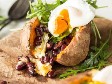 Gefüllte Süßkartoffel mit Rucola und pochiertem Ei