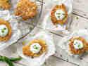 Zucchini-Mais-Fritters serviert auf Backpapier