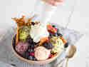 Sahnehaube für den Superfood-Eisbecher