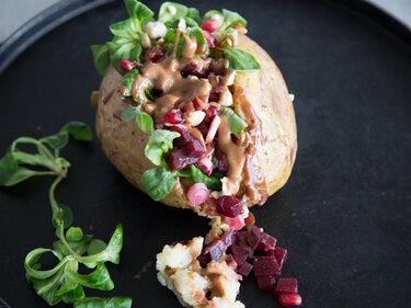 Vegane Ofenkartoffel gefüllt mit Rote Bete und Feldsalat