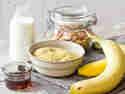 Für dein Porridge brauchst du Hirse, Milch, Mandeln, Ahornsirup und Bananen