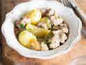 Saftiges Gulasch mit Schweinenacken, Äpfeln und Salzkartoffeln