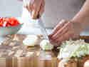 Ungarisches Gulasch: Zwiebeln würfeln