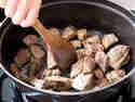 Ungarisches Gulasch: Fleisch scharf in Bräter anbraten