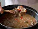 Ungarisches Gulasch: Fleisch schmoren lassen