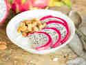 Kokos-Smoothie Bowl mit Quinoa Crispies und Drachenfrucht