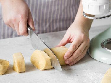 Teig portionieren, um den Pastavorsatz zu befüllen.