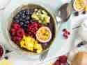 Exotische Acai-Bowl mit Beeren und Mango