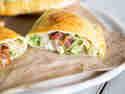 Calzone mit Hühnchen, Speck und Avocado