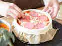 Pizza Cake mit Salami, Mozzarella und Pizzasauce