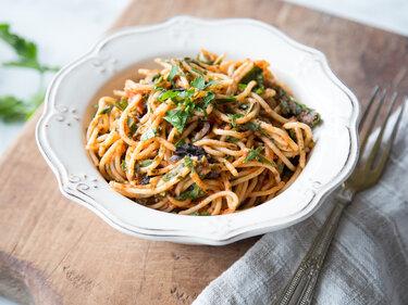 18 spaghetti rezepte in die du dich verlieben wirst. Black Bedroom Furniture Sets. Home Design Ideas