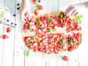 Süßer Erdbeer-Flammkuchen mit Basilikumeis