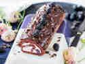 Schoko-Biskuitrolle mit Brombeeren und Ganache