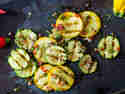 Gegrillter Zucchinisalat mit Chili und Minze