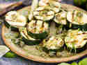 Gegrillte Zucchini mit Basilikum und leichtem Limetten-Dressing