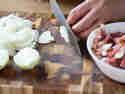 Für den Flammkuchenbelag Zwiebeln schneiden