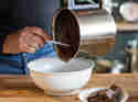 Flüssige Schokolade ausgiessen