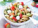 Nudelsalat mit Erdbeeren und Mozzarella