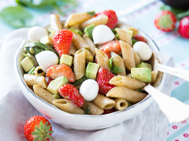 Nudelsalat mit Mozzarella, Erdbeeren und Avocado