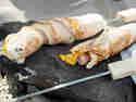 Knüppelbrot deluxe: Hotdog-Stockbrot mit Bacon und Käse