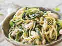 Vegetarischer Zoodle-Erdnuss-Salat