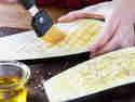 Aubergine mit Öl einpinseln und würzen