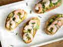 Bruschetta mit Garnelen und Avocado
