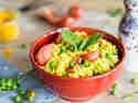 Gelber veganer Reissalat